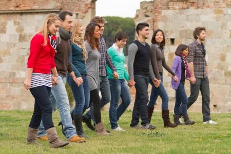 personnes qui marchent: Groupe multiculturel des gens marchant ensemble Banque d'images
