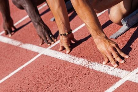 start of race: Dos atletas de pista y campo antes de la carrera en Inicio Foto de archivo