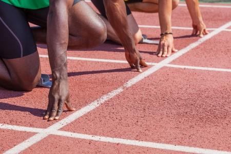 start of race: Dos atletas de pista y de campo antes de la carrera de Inicio