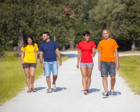 Grupo de personas caminando fuera Foto de archivo