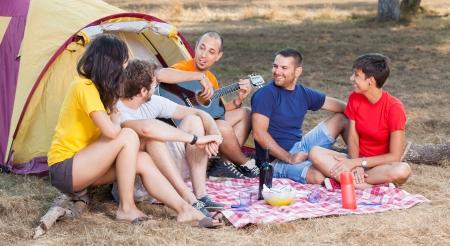 campamento de verano: Grupo de personas Camping y Canto Foto de archivo