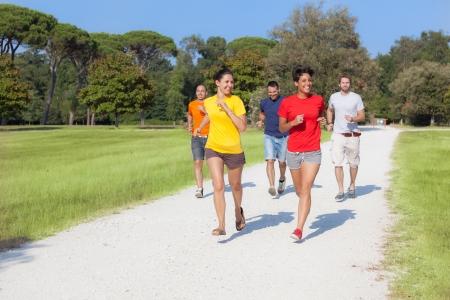 mujeres corriendo: Grupo de Amigos Fuera de servicio Foto de archivo