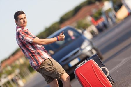 niño con mochila: Autostop Joven