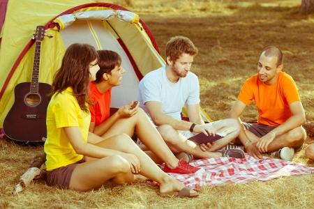 acampar: Grupo de gente acampando y contar historias