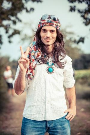 simbolo de la paz: Hippie retrato mostrando signo de la paz Foto de archivo