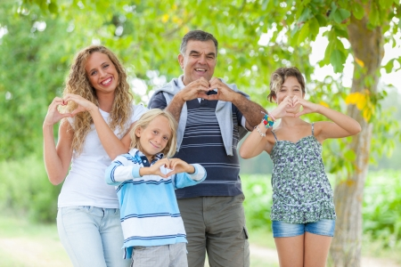 young at heart: Happy Family con le mani a forma di cuore