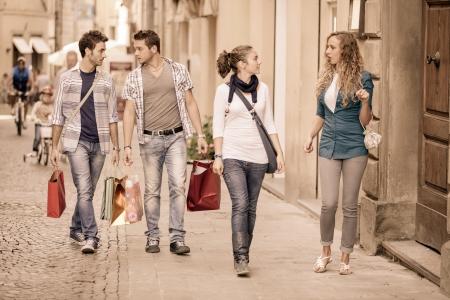 쇼핑에 지루해 소년과 함께 행복 소녀