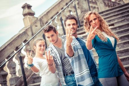 foda: Grupo de Amigos que muestra gesto obsceno