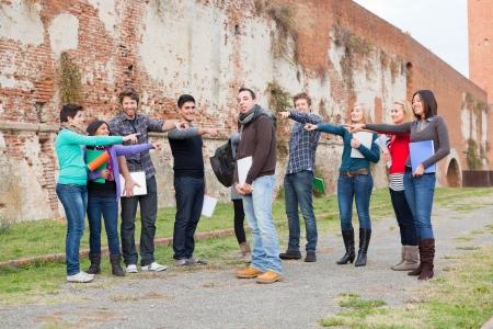 conflictos sociales: Student se acosados ??por el Grupo