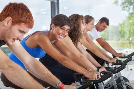 ciclismo: Grupo de personas en el Gimnasio Ciclismo