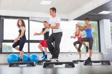 ejercicio aer�bico: Aerobics Class en un gimnasio
