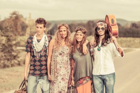 mujer hippie: Hippie grupo de caminantes en un camino de Campo