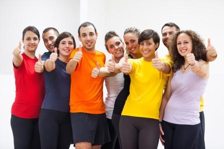 fitness hombres: Grupo de Amigos con los pulgares para arriba Foto de archivo