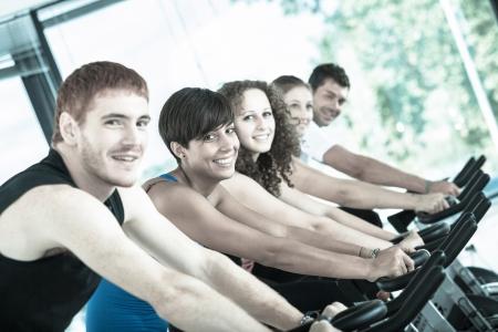 Grupo de personas en el Gimnasio Ciclismo Foto de archivo - 16716686