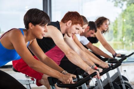 montando bicicleta: Grupo de personas en el Gimnasio Ciclismo
