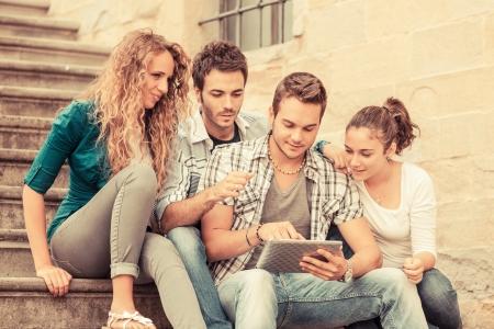 grupo de hombres: Grupo de Amigos con Tablet PC Foto de archivo