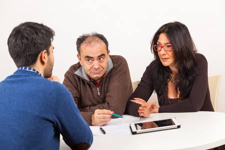 competencias laborales: El hombre durante el examen o entrevista de trabajo