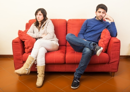 divorcio: Pareja joven en el sof� despu�s de Pelea Foto de archivo