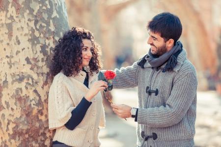 femme romantique: Jeune Couple sur la Saint-Valentin Banque d'images
