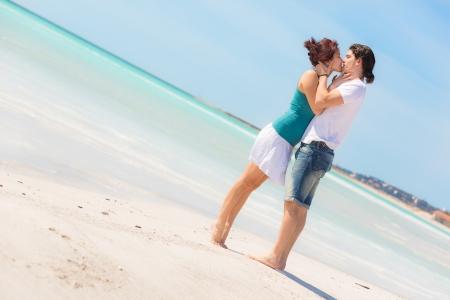 jovenes enamorados: Pareja joven abrazados en una playa del Caribe