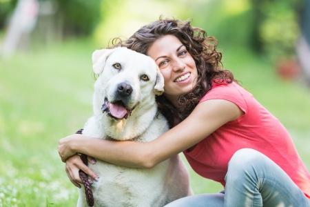 犬を持つ若い女性 写真素材