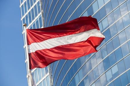 リガの高層ビルに対するラトビアの旗
