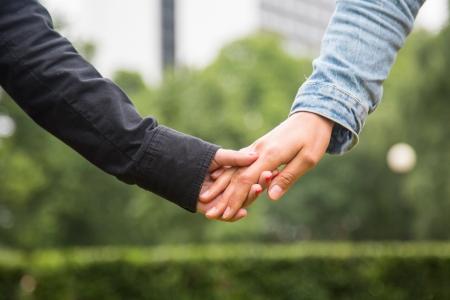 lesbianas: Pareja de lesbianas Agarrados de la mano Foto de archivo