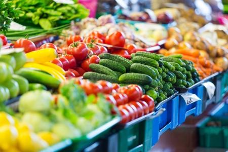 리가 도시 시장에서 과일과 야채