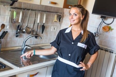 haush�lterin: Gl�ckliche Hausm�dchen mit Clean K�che
