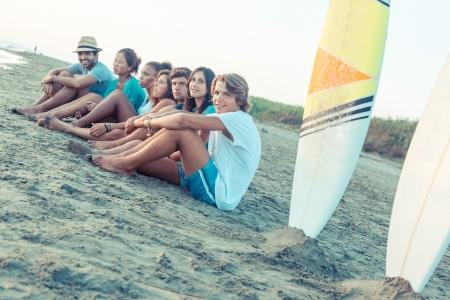 海辺で友人のグループ