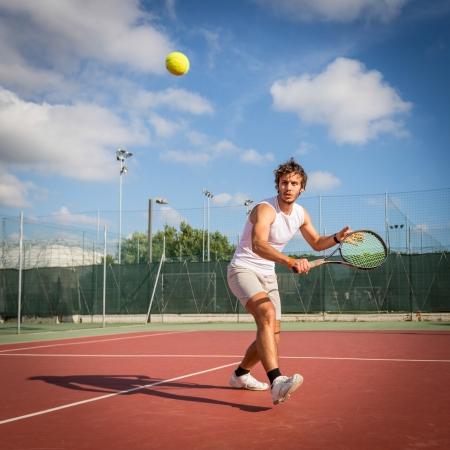 Hombre joven que juega a tenis Foto de archivo - 22164463