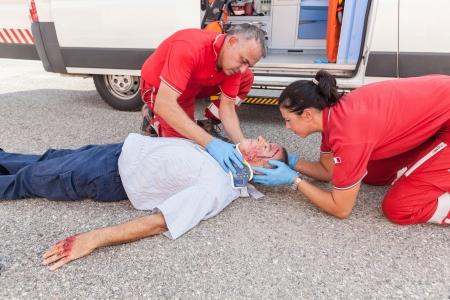 paramedic: Equipo de Rescate de prestar primeros auxilios