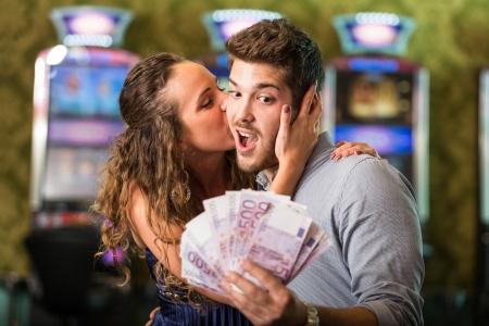 カジノでお金を獲得した後幸せなカップル
