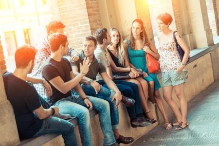 personas en la calle: Grupo de amigos en la ciudad Foto de archivo