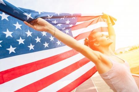 bandera carrera: Mujer hermosa joven con la bandera de EE.UU. Foto de archivo