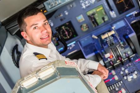 piloto: Piloto joven en la cabina del aeroplano