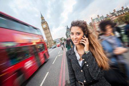celulas: Mujer joven hablando por m�vil en Londres