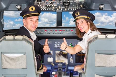 pilotos aviadores: Feliz pilotos en la cabina con los pulgares para arriba Foto de archivo
