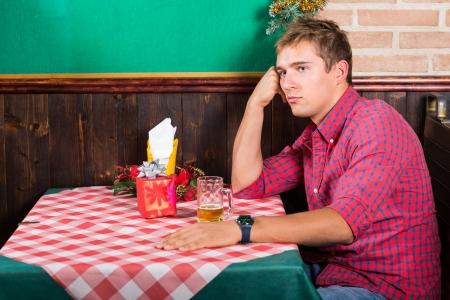 hombre solitario: Hombre solo en el restaurante de espera para la novia Editorial