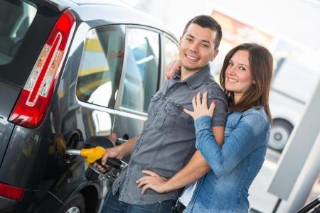 Młoda para na stacji benzynowej