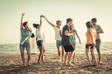 teen boys: Gruppo di amici con una festa in spiaggia Archivio Fotografico