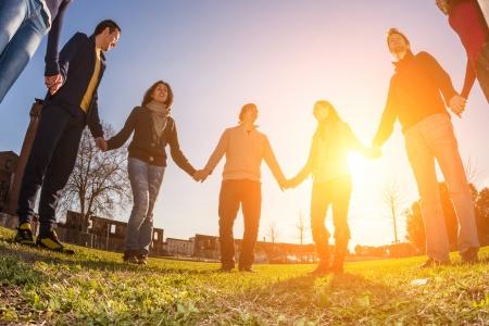 community group: Multirracial gente joven con las manos en c�rculo
