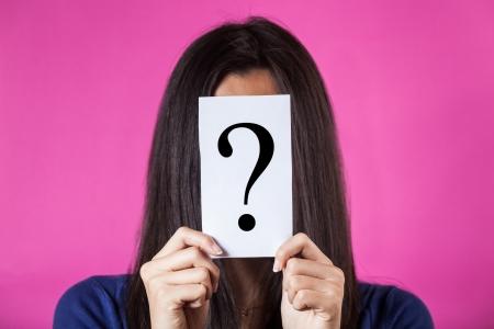 Vrouw Verbergen gezicht achter een vraagteken Stockfoto