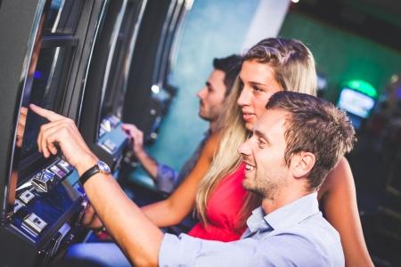 Groep van Friend Spelen met Slot Machines