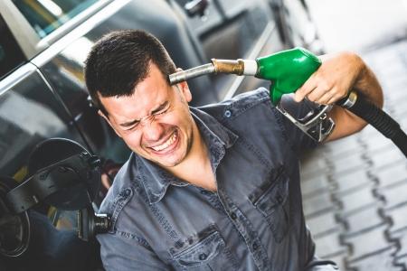 Hombre Desesperado Usando la bomba de combustible como arma