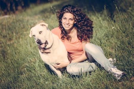 mujer con perro: Mujer joven con el perro