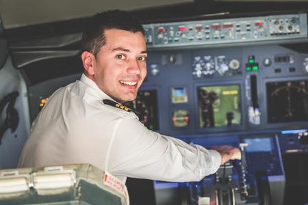 若いパイロットの飛行機のコックピットで