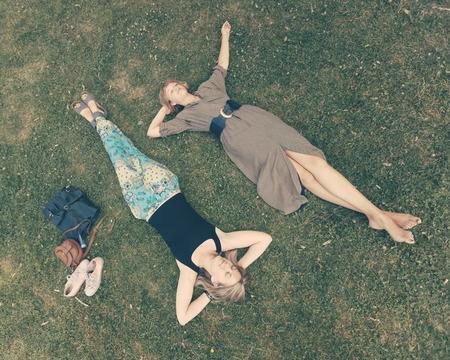 russian girls: Dos chicas rusas que mienten en el c�sped Foto de archivo