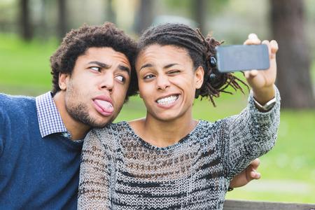 funny guy: Couple mixte Race Prenant Selfie Banque d'images