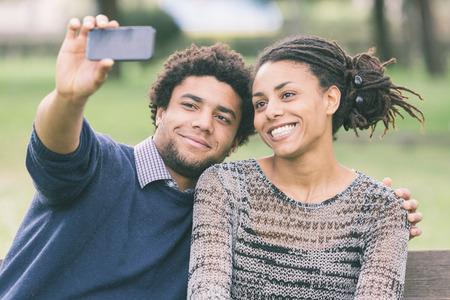 garcon africain: Couple mixte-Race Prenant Selfie